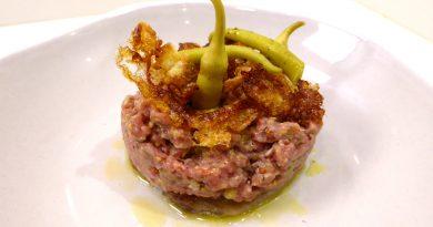Steak tartare extra jugoso con sardina ahumada, puntilla de huevo y piparras encurtidas.