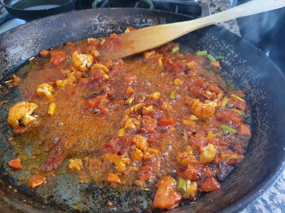 Arroz integral de verduras con caldo al eneldo.