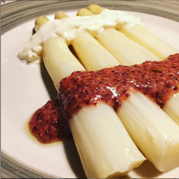Espárragos blancos con mayonesa y mostaza de cassis.